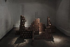 Pucará sculpture variable measures, bricks, cement and steel chains, 2016