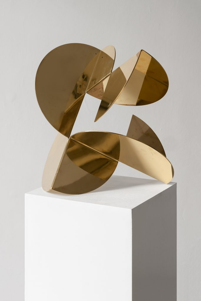 Photograph of gold sculpture by artist Alejandro Urrutia, resident artist at GlogauAIR 2019
