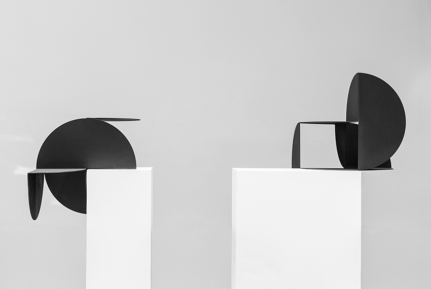 Photograph of black sculpture with white pedestals and background by artist Alejandro Urrutia, resident artist at GlogauAIR 2019